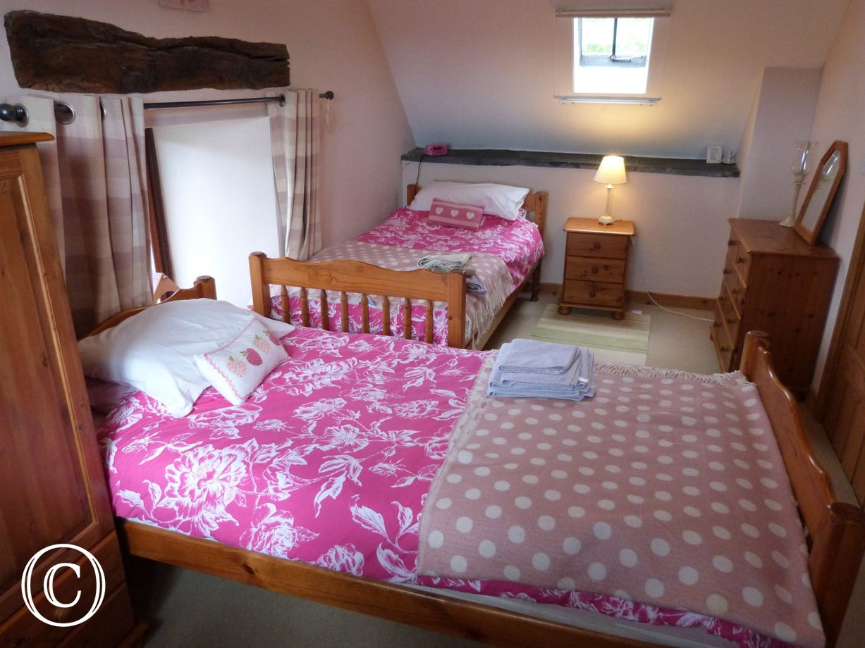 Dolgellau holiday cottage - twin bedroom with TV & countryside views