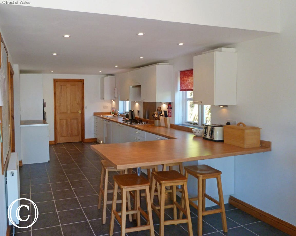 Fully eqipped kitchen with breakfast bar