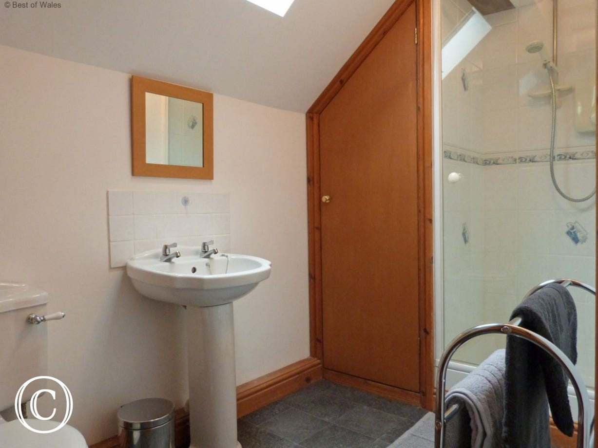 Shower room with shower, wash basin, wc and mirror
