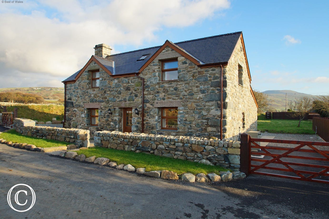 Beautiful Barmouth self catering cottage for 4 with a private hot tub