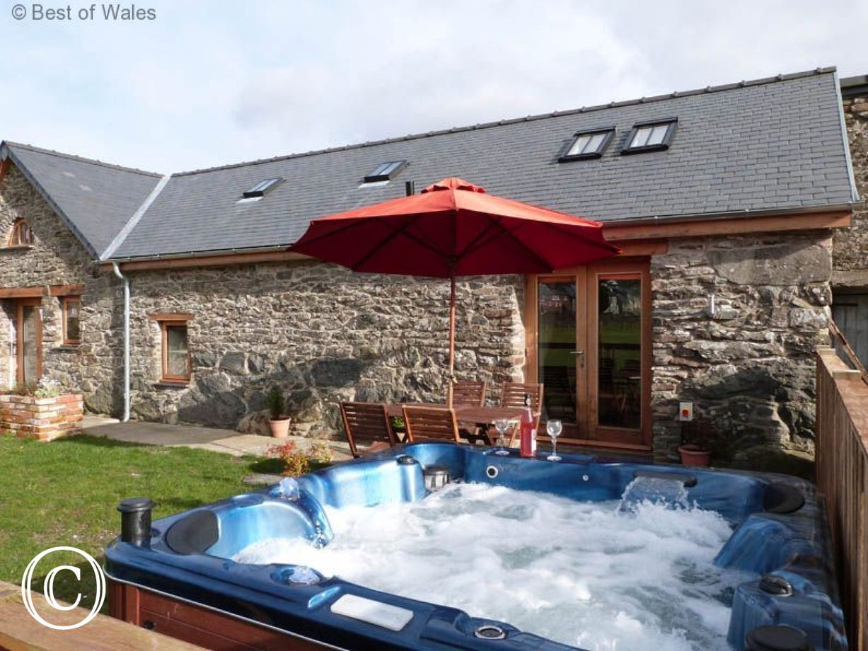 Beautiful and cosy Bala self catering cottage with hot tub facilities