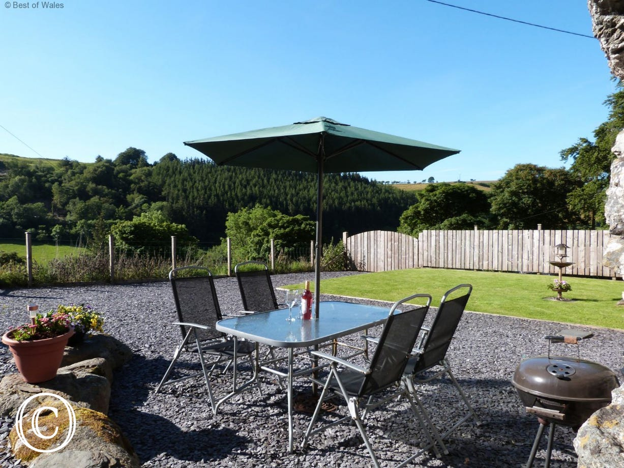Crud y Werin holiday cottage Bala has a scenic, enclosed garden