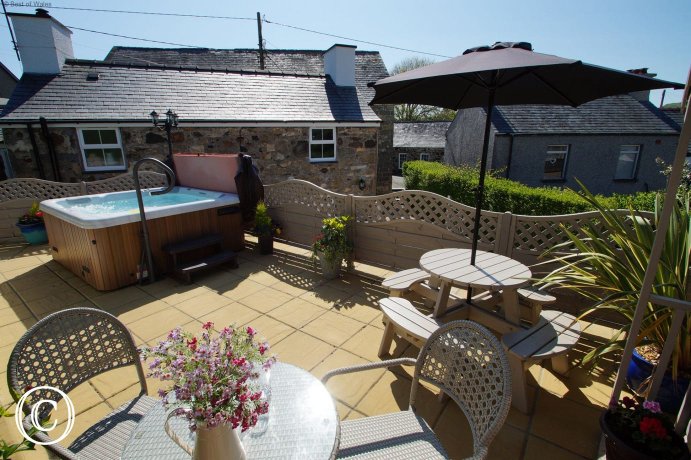 Llanbedrog accommodation with an enclosed garden & large hot tub