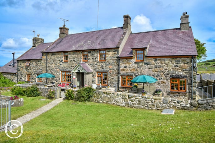 Llyn Peninsula holiday cottage - peaceful setting down a quiet country lane