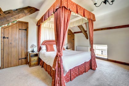 King sized four poster bed